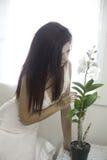 美丽的妇女在她的卧室 免版税图库摄影