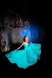 美丽的妇女在宫殿喜欢一位公主 豪华富有fa 图库摄影