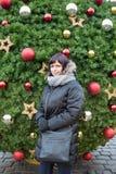 美丽的妇女在布拉格老镇中心 库存图片