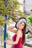 美丽的妇女在春天希腊人庭院里 库存图片