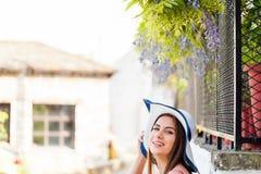 美丽的妇女在春天希腊人庭院里 库存照片