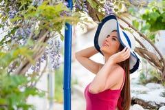 美丽的妇女在春天希腊人庭院里 图库摄影