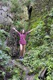 美丽的妇女在春天附近的一个森林里用水 免版税图库摄影