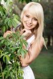 美丽的妇女在植物中 库存图片