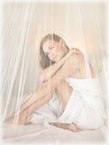 美丽的妇女在浪漫卧室 免版税库存照片