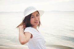 美丽的妇女在海上的假期,站立在海滩 释放 免版税库存照片