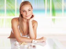 美丽的妇女在海滨别墅里 免版税库存图片