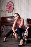 美丽的妇女在演播室,豪华样式 在shair 严格 免版税库存图片