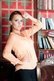 美丽的妇女在演播室,豪华样式 米黄女衬衫 库存照片