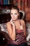 美丽的妇女在演播室,豪华样式 红色明亮的上面 免版税库存照片