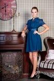 美丽的妇女在演播室,豪华样式 蓝色短的礼服 免版税库存图片