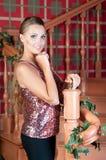 美丽的妇女在演播室,豪华样式 近的台阶 免版税库存照片