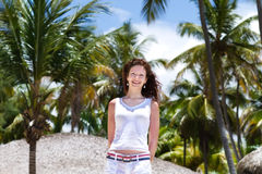 美丽的妇女在热带棕榈树下 免版税库存照片