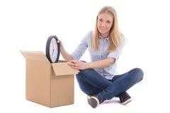 年轻美丽的妇女在白色隔绝的包装盒和移动 库存照片