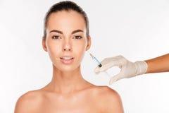 美丽的妇女在眼睛区域得到秀丽射入与注射器 库存照片
