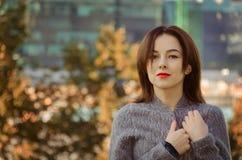 美丽的妇女在秋天城市公园 免版税库存照片