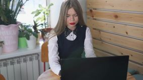 年轻美丽的妇女在膝上型计算机写答复给她的客户 影视素材