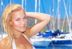 美丽的妇女在风船港口 库存照片