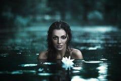 美丽的妇女在水中 图库摄影