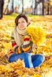 年轻美丽的妇女在晴朗的公园 免版税图库摄影