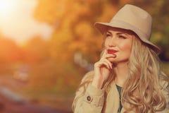 美丽的妇女在黄色槭树庭院背景认为 关闭时兴的女孩, copyspace 阳光 免版税库存照片