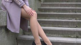 美丽的妇女坐台阶户外 影视素材