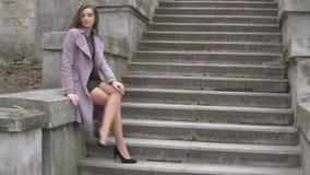 美丽的妇女坐台阶户外 股票录像