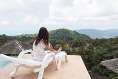 美丽的妇女坐椅子 免版税图库摄影