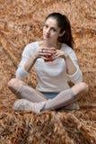 美丽的妇女坐的和饮用的茶 免版税库存图片