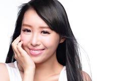 美丽的妇女微笑面孔 免版税库存图片