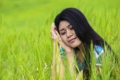 美丽的妇女想象在草甸的美梦 免版税库存照片
