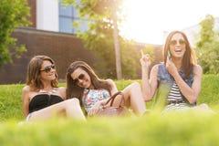 3美丽的妇女感到好在草 库存照片