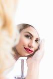 美丽的妇女手中镜子的反射 免版税图库摄影