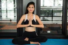 美丽的妇女执行瑜伽凝思execise 免版税库存照片