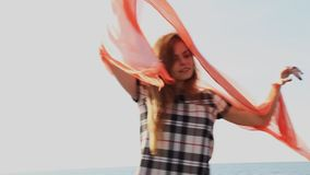 美丽的妇女披肩在风开发 股票录像