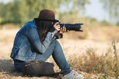 美丽的妇女摄影师 免版税库存图片