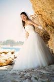 年轻美丽的妇女新娘室外画象婚礼礼服的在海滩 库存图片