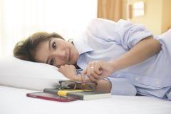 美丽的妇女早晨喝在床上的咖啡, 免版税库存照片