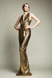年轻美丽的妇女时尚画象金礼服的 免版税图库摄影