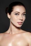 美丽的妇女显示她的与时尚构成的erfect面孔 极端睫毛,肥满嘴唇,干净的皮肤 新温泉神色 库存照片