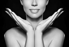 美丽的妇女显示她的与时尚构成的erfect面孔 极端睫毛,肥满嘴唇,干净的皮肤 新温泉神色 图库摄影