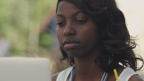 美丽的妇女有在便携式计算机outsite的录影闲谈在城市 股票视频
