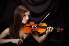 美丽的妇女浪漫纵向有小提琴的 库存图片