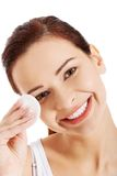 年轻美丽的妇女清洗眼睛构成 免版税库存照片