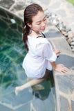 美丽的妇女游泳池手段轻松的画象年轻亚裔女孩热带假期 库存照片
