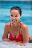 美丽的妇女游泳池手段轻松的画象年轻亚洲女孩愉快的微笑热带假期 库存照片