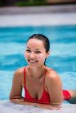 美丽的妇女游泳池手段轻松的画象年轻亚洲女孩愉快的微笑热带假期 免版税图库摄影