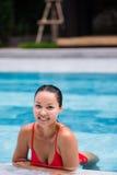 美丽的妇女游泳池手段轻松的画象年轻亚洲女孩愉快的微笑热带假期 免版税库存图片