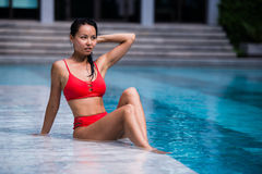 美丽的妇女游泳池手段轻松的画象年轻亚洲女孩愉快的微笑热带假期 库存图片