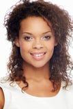美丽的妇女演播室画象反对白色背景的 免版税库存照片